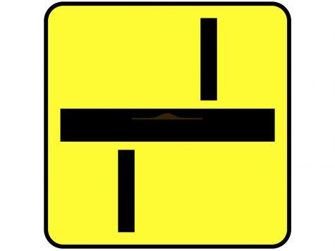 Tabliczka T-6d: tabliczka wskazująca prostopadły przebieg drogi z pierwszeństwem przez skrzyżowanie oraz układ dróg podporządkowanych