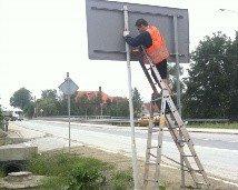 montaż dużej tablicy drogowej, montaż znaków