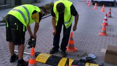 montaż urządzeń bezpieczeństwa ruchu drogowego z użyciem specjalnie zaprojektowanych śrub montażowych do urządzeń brd