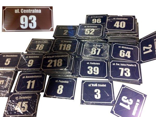 Tabliczki adresowe na podkładzie aluminiowym